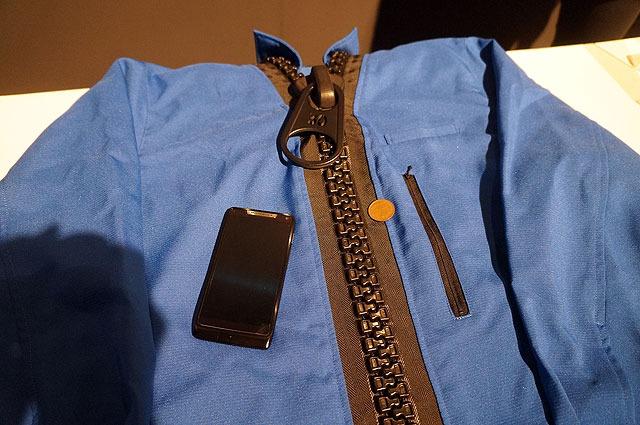 こちらはファスナー。上に載ってるのは大きさ比較用のスマートフォンと10円玉