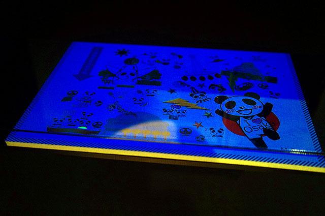 光に当てるとがんのパンダだけ光るというブラックジョークみたいな展示
