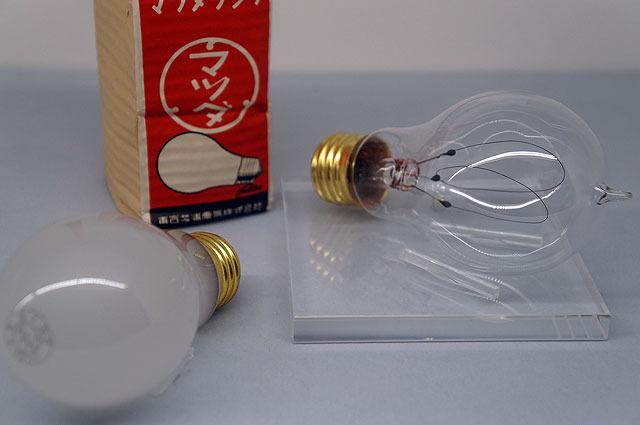 もっとさかのぼって明治時代の電球。こうしてみるとフィラメントがでかい!