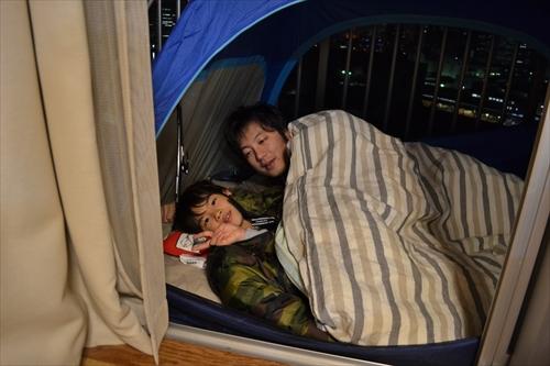 居間でiPadに興じる息子を呼び出し、一緒に寝た