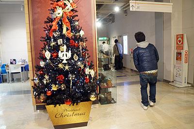 手前のクリスマスツリーがショッピングテンションの限界。その右奥、ATM周辺の事務的なたたずまいよ