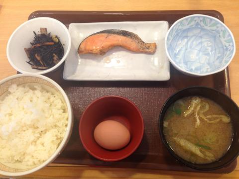 ジャパニーズトラディショナル朝ごはん「鮭定食」(byすき家)