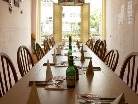 店内は大きな長テーブルひとつを全員で囲むスタイル。お客同士の距離がすごく近く家族的雰囲気。朝シャンしてきてよかった