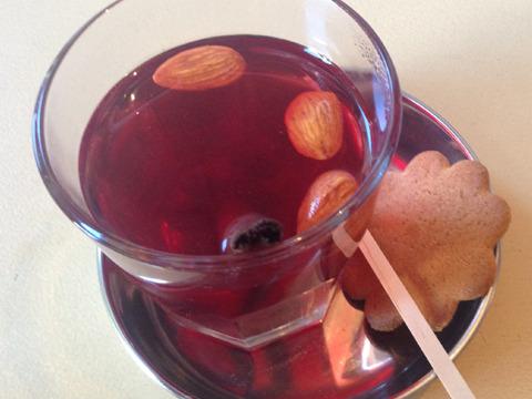 クランベリージュースで作ったフィンランドのホットドリンク「グロッギ」。酸味と甘みのバランスがとてもいい