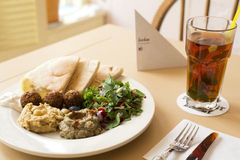 ヨルダンの朝ごはん。ホプスと呼ばれるピタパンや、ひよこ豆のペーストであるホンモス、甘いホットチャイが朝の定番だそう。強烈な香辛料を多用するのがアラブ圏の食文化の特徴。(※こちらのメニューは終了しています)