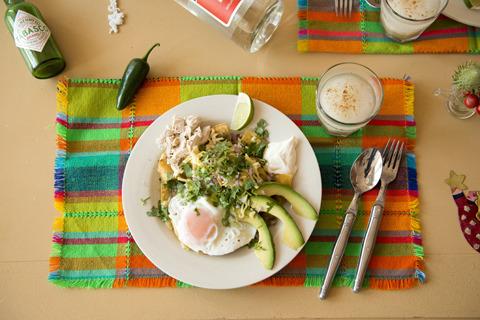 メキシコの伝統的な朝ごはんメニュー「チラキレス」。トウモロコシのトルティーヤを揚げ、サルサソースで煮たスパイシーな一皿。朝から刺激的なメニューである。さすがラテン系。(※こちらのメニューは終了しています)