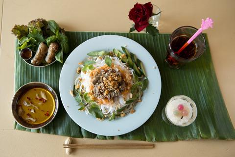 ベトナムの麺料理「ブン・ボー・サオ」。日本で有名なフォーよりも、より家庭的で親しまれている丸麺の「ブン」を使った朝ごはんの定番なんだとか。甘酸っぱいタレにつけて食べる。(※こちらのメニューは終了しています)