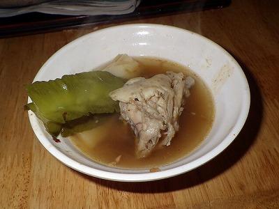 ハリセンボンの肉は火を通すと鶏肉やカエル肉のような歯ごたえと味に。左の野菜はシカクマメ。