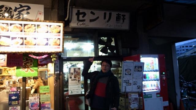 隣の海鮮丼屋のきらびやかさに比べると地味な佇まい