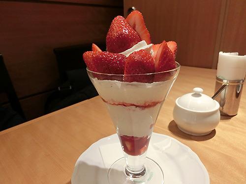 林裕さんは苺のパフェ。いちごはさちのか。