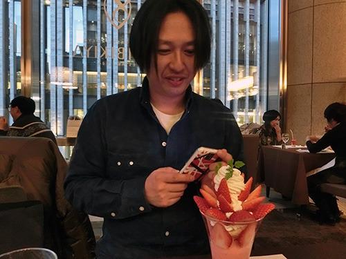 林裕さんはクイーンズトロベリーパフェ 2625円。でかい