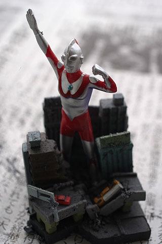 ウルトラマンはピカピカな方がいいと思い、ビルの部分にだけ泥の情景スプレーを施した。