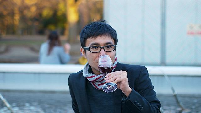 赤ワインを飲むディニューシィー(地主)
