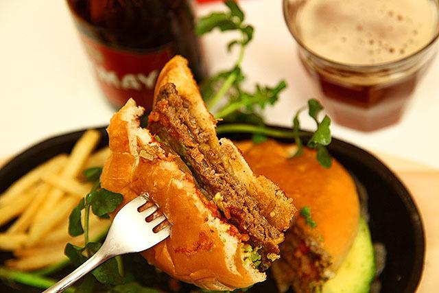 マクドナルドの肉は薄いのでダブルが良い。マックダブルは満足感と安さが両立した逸品である。