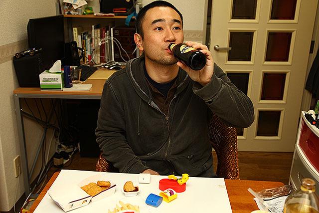 遊んだらまたビール。ハッピーすぎる。後ろは僕の仕事机である。仕事場から10秒で飲酒可能。