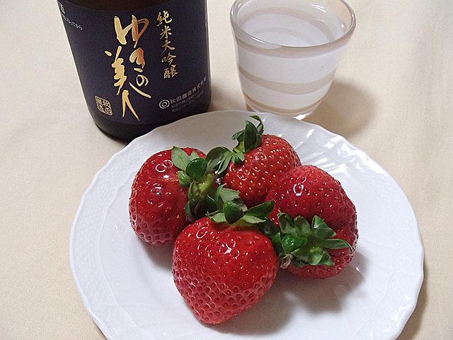 イチゴに合わせるのは秋田県秋田市の秋田醸造のゆきの美人純米大吟醸。華やかな香りと膨らみのある甘味が感じられる日本酒です。