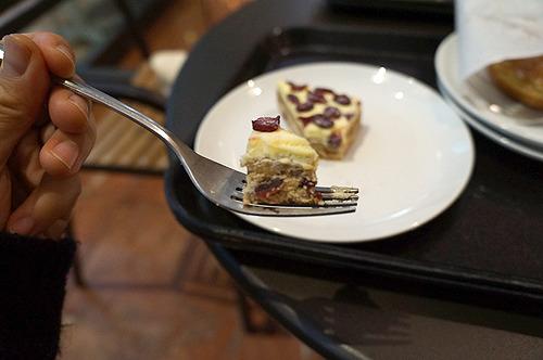 ごまかすように甘味2つめに着手、本気のフルーツケーキ(シュトーレンとかああいった感じの)だった。こういうの、あっしは好きなんだす