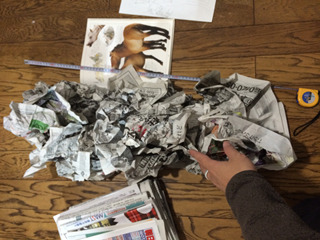 新聞紙をぐしゃぐしゃにあつめる