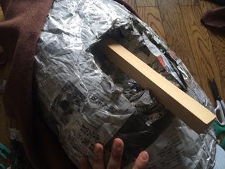 かなり重いので中の新聞紙を少なくし、芯に木をいれた