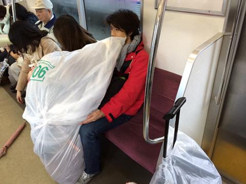 そして撮影初日。雨。車で移動するという発想がないため電車で移動。すわった人と馬の頭の形がテトリスのようにぴったりだ。