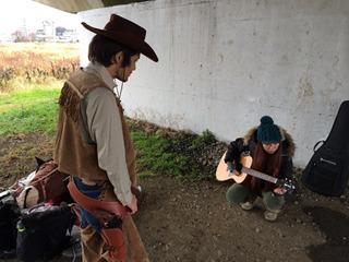 ひよせさんは赤い羽根共同募金のTVCMを歌ってたりする歌手の人。ギター持ってこさせてその場で適当に作った歌を歌わせる。(ひよせのHP)