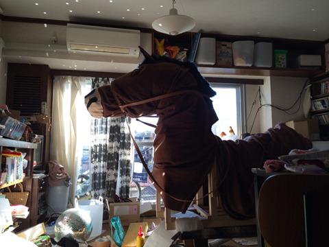 撮影前日の朝、転がってるミラーボールに日があたり異常な光景に。この数日作業で家のリビングは機能しなくなり、1LDKのわが家が1U(馬)DKとなっていた。家で作るにはでかすぎるぞ、馬。