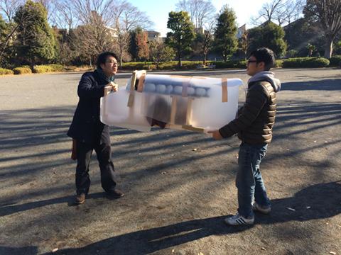 撮影二日目、デイリーポータルZライターの西村(左)さんと地主(右)が馬役となって出る。