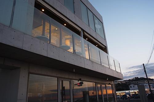 まだ夜明け前。2階のぼんやりとした明かりが世界一のお店。