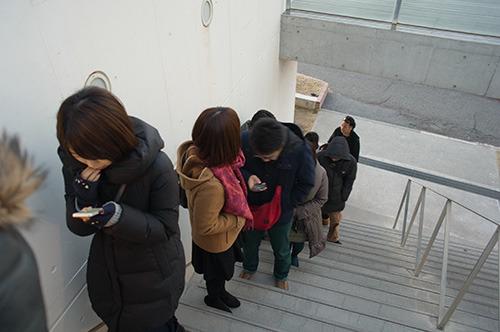 人は増え、開店前にはすでに長蛇の列が。角を曲がった先まで続いていた。