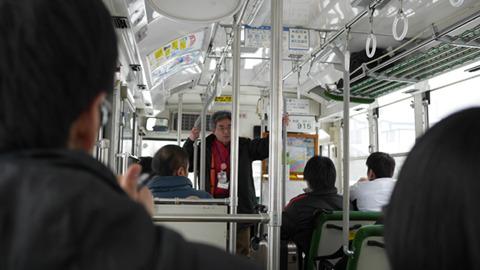 なまはげ館や温泉街などを巡回するバスが出ている。案内の方もいる