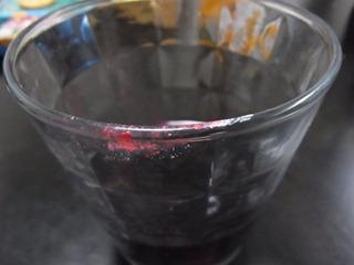 赤と白のドーランがついたグラス。こんな女性はいやだ