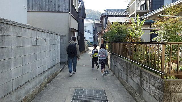 小学生と歩く