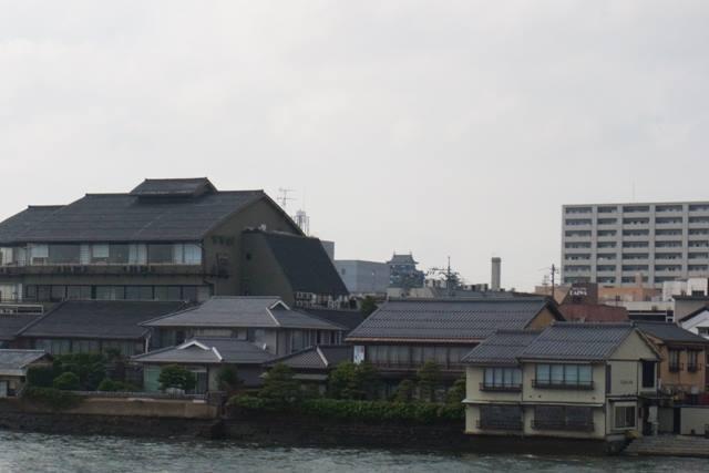 >ヒント:写真の真ん中にあるトラディショナルな建物に注目してください