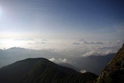 では再度、日本アルプスの最高峰 北岳山頂からの眺めをどうぞ