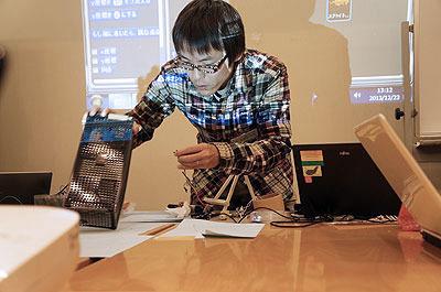 どうやって機械で紙を破るか、お手本を見せます