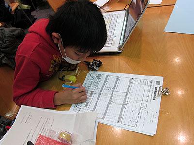 この子は目覚めが早かった。これは塾の申込書だが、記入しようとすると…