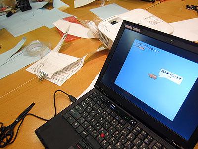 いっぽう、機械でなくプログラム側に凝る子も。破る作業中に画面の猫がしゃべる。