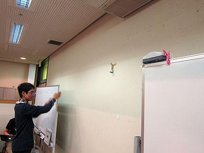 主催のOtOMOのメンバーも、「黒板消しを落とす機械」を制作中