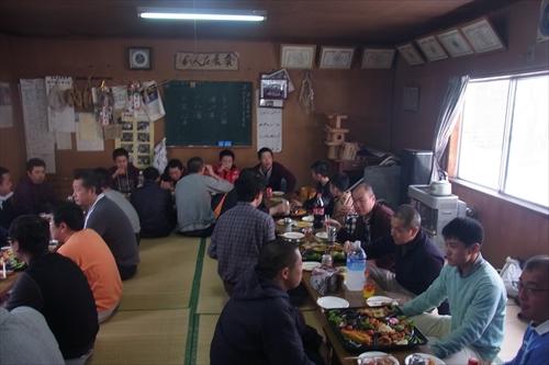 参加者と地元の人が集会所に集合