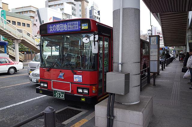 長崎駅前より、「女の都団地」行きのバスに乗る。 (他に「女の都入口」行きもある)