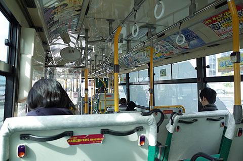 女の都に向かうバス車内。