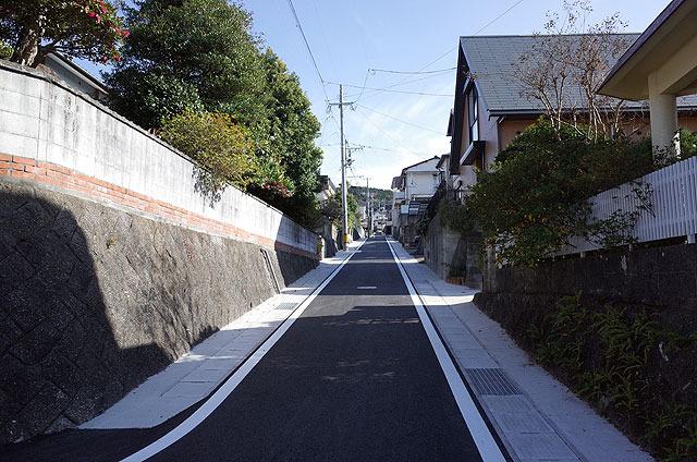 坂が多い長崎の典型的な住宅街。