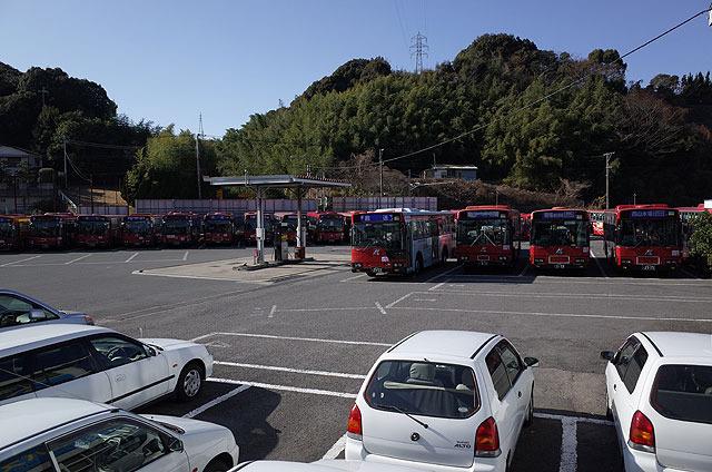 女の都入口はバスの集積所。