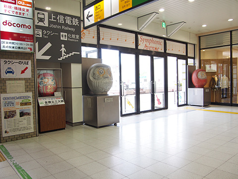 高崎駅の出口で来訪者を待ち受ける3体のだるま。RPGならさっそく1戦闘あるところ。