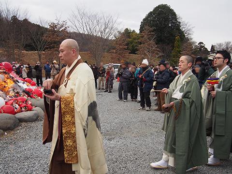 火が回った頃合いで、和尚さんたちがだるま山の周囲をぐるりと巡回。