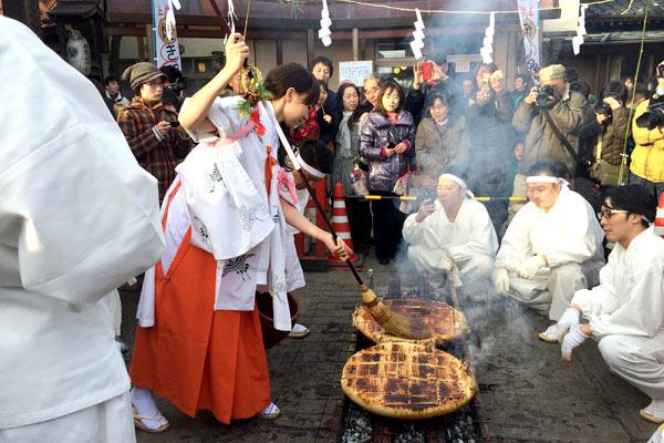 確かに、巫女コスプレの女の子が巨大なハケで味噌を塗っているのは何かグッときました