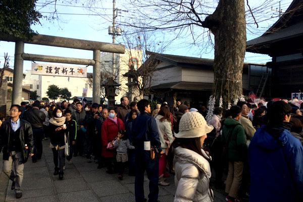 焼きまんじゅうをもらうため、神社の外にまで続く大行列が!