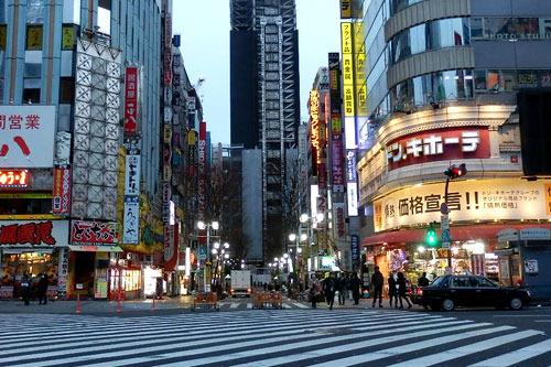 人もまばらな朝7時の歌舞伎町