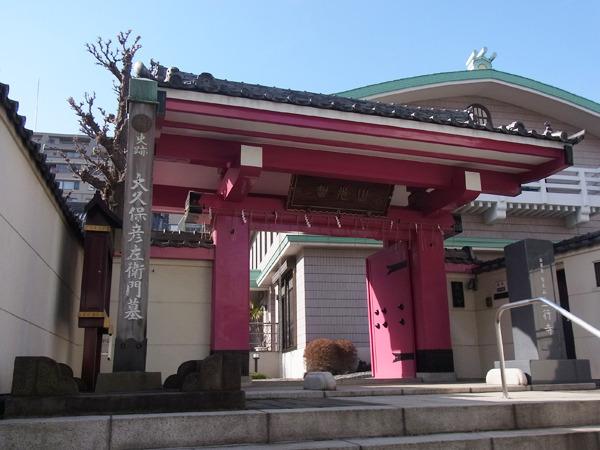 駅の次に聞かれるという(年に数回聞かれるかどうからしいが)立行寺。門の色がすごい