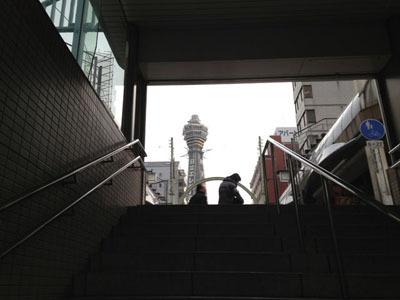 地下鉄の階段をあがると、まず通天閣が目に入ってくる